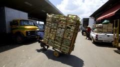 Carregador do CEAGESP, com o carrinho cheio levando mercadorias para serem vendidas no Mercado Livre do Produtor (MLP). Foto: Marcos Santos / USP Imagens