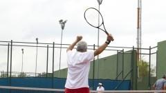 Homem idoso jogando tênis no cepeusp. Foto: Marcos Santos/USP Imagens