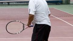 Homem jogando tênis no cepeusp. Foto: Marcos Santos/USP Imagens