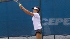 Mulher idosa jogando tênis no cepeus - idosos. Foto: Marcos Santos/USP Imagens