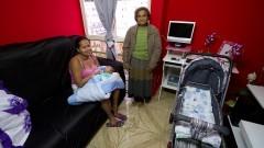 Moradoras e interior de um apartamento do bairro dos Portais. O Grupo de Poupança viabilizou o acabamento das moradias. Foto: Marcos Santos/USP Imagens