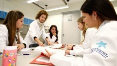 Orientadora supervisiona alunos no Laboratório de Fisiologia do HRAC - Hospital de Reabilitação de Anomalias Craniofaciais (Centrinho) em Bauru - SP. Foto: Adauto Nascimento / Banco de Imagens do HRAC