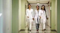 Alunas em corredor do HRAC - Hospital de Reabilitação de Anomalias Craniofaciais (Centrinho) em Bauru - SP. Foto: Adauto Nascimento / Banco de Imagens do HRAC