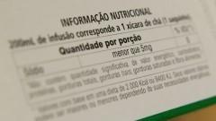 Informações nutricionais obrigatórias sobre os produtos ficam em segundo plano diante da mensagem publicitária da marca. Foto: Marcos Santos/USP Imagens