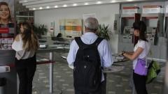 Idoso e outras pessoas em uma agência bancária. Foto: Marcos Santos/USP Imagens