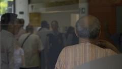 Idoso em uma agência bancária. Foto: Marcos Santos/USP Imagens