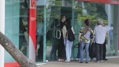 Pessoas aguardam para entrar no banco. Foto: Marcos Santos/USP Imagens