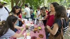 Detalhe de público próximo à mesa de degustação de plantas alimentícias não convencionais durante o II Encontro de Iniciativas Socioambientais: Do Evento ao Movimento (II EISA). Foto: Marcos Santos/USP Imagens