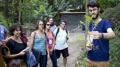 Gui Reis (EACH/USP) explica ao público presente como identificar plantas alimentícias não convencionais. Foto: Marcos Santos/USP Imagens