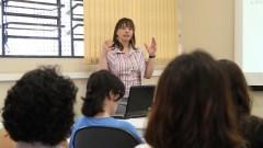 """Elaine Cristina Zachi na Palestra """"Aspectos neuropsicológicos do Espectro Autista: Síndrome de Asperger e Autismo de Alto Funcionamento"""" no Laboratório de Visão do Departamento de Psicologia Experimental do Instituto de Psicologia. Foto: Marcos Santos/USP Imagens"""