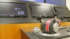 Controladores de propulsores do simulador OffShore. Foto: Marcos Santos/USP Imagens