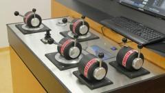 Controladores de propulsores e Joystick do simulador OffShore. Foto: Marcos Santos/USP Imagens