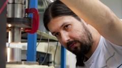 Pesquisador Marco Aurélio Brizzotti Andrade regulando o levitador acústico. Foto: Marcos Santos/USP Imagens