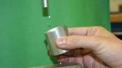 Detalhe de esfera de isopor no levitador acústico. Foto: Marcos Santos/USP Imagens