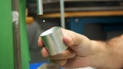 Detalhe de mão segurando componente do levitador acústico com uma esfera de isopor. Foto: Marcos Santos/USP Imagens