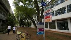 Placa de localização dos cursos da Escola de Comunicações e Artes. Foto: Marcos Santos/USP Imagens