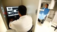 Técnico opera tomógrafo computadorizado por feixe cônico em paciente, equipamento que também auxilia as pesquisas realizadas no HRAC - Hospital de Reabilitação de Anomalias Craniofaciais (Centrinho) em Bauru - SP. Foto: Adauto Nascimento / Banco de Imagens do HRAC