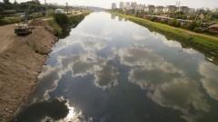 Nuvens refletidas nas águas do Rio Pinheiros próximo à Estação Cidade Universitária da CPTM. Foto: Marcos Santos / USP Imagens