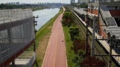 Vista da ciclovia do Rio Pinheiros próxima à Estação Cidade Universitária da CPTM. A ciclovia tem 21,5 km de extensão e é uma alternativa para o deslocamento diário. Foto: Marcos Santos / USP Imagens