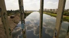 Detalhe das grades da ponte Cidade Universitária e ao fundo o Rio Pinheiros. Foto: Marcos Santos / USP Imagens