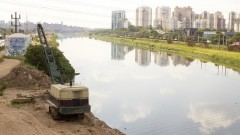 Detalhe para máquina que retira sujeira do leito do rio nas margens do Rio Pinheiros. Foto: Marcos Santos / USP Imagens