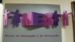 Placa com letreiro na entrada do Museu da Educação e do Brinquedo (MEB) da Faculdade de Educação (FEUSP). Foto: Marcos Santos / USP Imagens