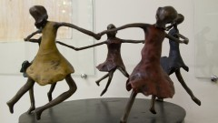 """Esculturas lúdicas de brincadeiras infantis, em bronze, da artista plástica Sandra Guinle. Estão na exposição """"Cenas Infantis e Brinquedos da Infância"""" no Museu da Educação e do Brinquedo (MEB) da Faculdade de Educação (FEUSP). Foto: Marcos Santos / USP Imagens"""