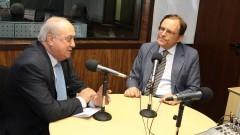 Milton Parron fazendo perguntas em entrevista ao professor João Grandino Rodas, reitor da USP (gestão 2010 -2013) em estúdio da Rádio USP (SCS). Foto: Marcos Santos / USP Imagens