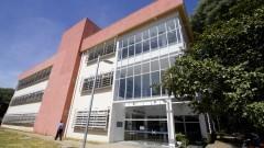Vista da fachada e entrada da nova Biblioteca da Faculdade de Educação (FEUSP) localizada na Avenida da Universidade. Foto: Marcos Santos / USP Imagens