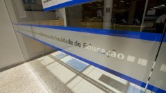 Detalhe da porta de vidro da nova Biblioteca da Faculdade de Educação (FEUSP). Foto: Marcos Santos / USP Imagens