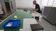 O funcionário Paulo Roberto mostra os equipamentos e os materiais usados no reparo de livros na Oficina de Conservação e Restauro de Livros da Nova Biblioteca da Faculdade de Educação (FEUSP). Foto: Marcos Santos / USP Imagens