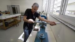 Paulo Roberto (funcionário) utiliza prensa na reparação de um exemplar de livro na Oficina de Conservação e Restauro de Livros da nova biblioteca da Faculdade de Educação (FEUSP). Foto: Marcos Santos / USP Imagens
