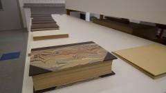 Bancada com livro recém reparado na Oficina de Conservação e Restauro de Livros da nova biblioteca da Faculdade de Educação (FEUSP). Foto: Marcos Santos / USP Imagens