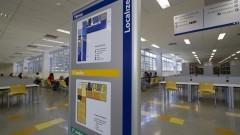Placa indicando a localização na Nova Biblioteca da Faculdade de Educação. Foto: Marcos Santos/USP Imagens