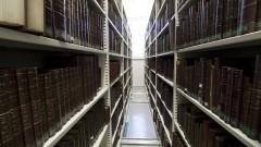 Corredor com estantes móveis e livros da Nova Biblioteca da Faculdade de Educação (FEUSP). Foto: Marcos Santos / USP Imagens
