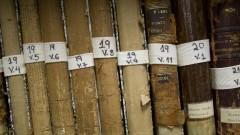 Detalhe de livros raros enfileirados do acervo da Nova Biblioteca da Faculdade de Educação (FEUSP). Foto: Marcos Santos / USP Imagens