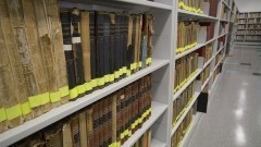Corredor e estantes com livros do acervo da Nova Biblioteca da Faculdade de Educação (FEUSP). Foto: Marcos Santos / USP Imagens