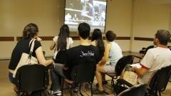 Ingressos na FEA assistem vídeo sobre a faculdade. Foto: Marcos Santos/USP Imagens