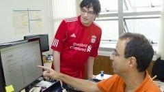 Professor Alfredo Goldman vel Lejbman e Everton Topan da Silva do Centro de Competência em Software Livre. Foto: Marcos Santos/USP Imagens