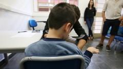 Detalhe de criança com autismo passando por atendimento com psicólogo no Instituto de Psicologia (IP). Autismo é um distúrbio neurológico caracterizado por comprometimento da interação social, comunicação verbal e não-verbal e comportamento restrito e repetitivo. Foto: Marcos Santos/USP Imagens