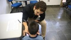 Detalhe de criança com autismo passando por atendimento com psicólogo no Instituto de Psicologia (IP). Foto: Marcos Santos/USP Imagens