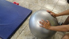 Detalhe de homem se exercitando com bola no curso Treinamento Funcional do Centro de Práticas Esportivas (Cepeusp). Foto: Marcos Santos / USP Imagens