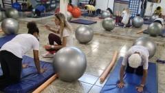 Detalhe de alunos se exercitando em cochonete no curso Treinamento Funcional do Centro de Práticas Esportivas (Cepeusp). Foto: Marcos Santos / USP Imagens