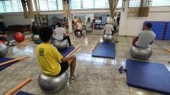 Detalhe de alunos se exercitando com bola no curso Treinamento Funcional do Centro de Práticas Esportivas (Cepeusp). Foto: Marcos Santos / USP Imagens