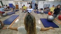 Detalhe de professora e alunos no curso Treinamento Funcional do Centro de Práticas Esportivas (Cepeusp). Foto: Marcos Santos / USP Imagens
