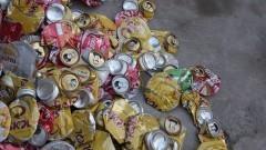 """Detalhe de """"montanha"""" de latas de alumínio amassadas para reciclagem. Foto: Marcos Santos / USP Imagens"""