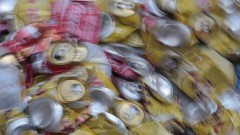 Vista desfocada de monte de latas de alumínio amassadas para reciclagem. Foto: Marcos Santos / USP Imagens
