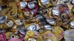 Detalhe de amontoado de latas de alumínio amassadas para reciclagem. Foto: Marcos Santos / USP Imagens