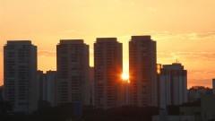 Detalhe de pôr do sol em meio a prédios na cidade de São Paulo. Foto: Marcos Santos/USP Imagens