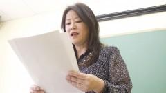 Professora Lica Hashimoto na  aula de literatura japonesa. Foto: Marcos Santos/USP Imagens